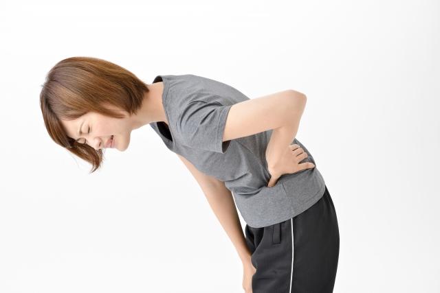腰痛の痛みに耐えかねている女性